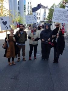 """Noen av deltakerne i borgertoget. På plakaten i midten: """"Alle dyr har rett til et verdig liv!"""""""